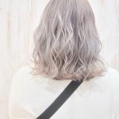 ミディアム フェミニン ホワイトブリーチ ホワイトグレージュ ヘアスタイルや髪型の写真・画像
