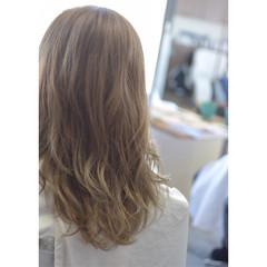 ミディアム 透明感 イエローベージュ グレージュ ヘアスタイルや髪型の写真・画像