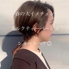 ショートボブ ミルクティーベージュ ハイトーンカラー ショートヘア ヘアスタイルや髪型の写真・画像