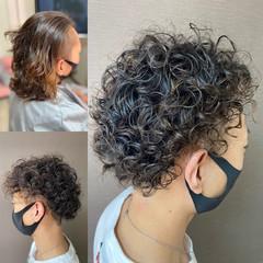 ツーブロック メンズスタイル スパイラルパーマ 無造作パーマ ヘアスタイルや髪型の写真・画像