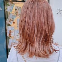 ピンクアッシュ サーモンピンク ミディアム ピンク ヘアスタイルや髪型の写真・画像