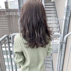 デート ミディアム アッシュグレージュ ナチュラル可愛い ヘアスタイルや髪型の写真・画像