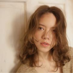 セミロング 外国人風 ナチュラル 波ウェーブ ヘアスタイルや髪型の写真・画像