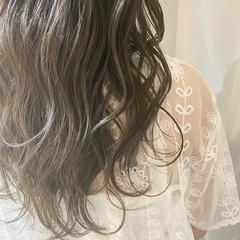 ロング グレージュ アッシュグレージュ ハイライト ヘアスタイルや髪型の写真・画像