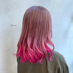 ラズベリーピンク インナーカラー セミロング ピンクベージュ ヘアスタイルや髪型の写真・画像