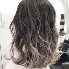 グレーアッシュ エレガント グラデーションカラー アッシュグレー ヘアスタイルや髪型の写真・画像