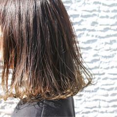 外ハネ アッシュ 切りっぱなし ミディアム ヘアスタイルや髪型の写真・画像
