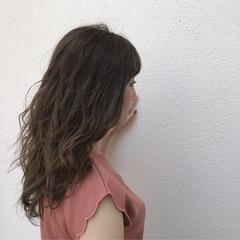 巻き髪 ラベンダーアッシュ ナチュラル ミルクティーベージュ ヘアスタイルや髪型の写真・画像