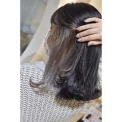 セミロング インナーカラーシルバー シルバーアッシュ シルバーグレー ヘアスタイルや髪型の写真・画像