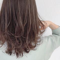 大人ハイライト ミディアム ミルクティーグレージュ ナチュラル ヘアスタイルや髪型の写真・画像