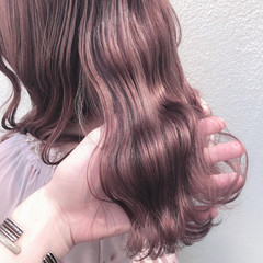 セミロング オリーブベージュ ハイトーンカラー ナチュラル ヘアスタイルや髪型の写真・画像