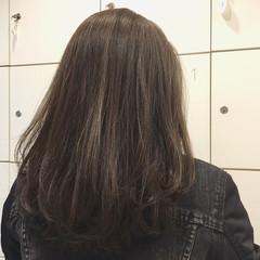 ミディアム ナチュラル アッシュグレージュ ハイライト ヘアスタイルや髪型の写真・画像