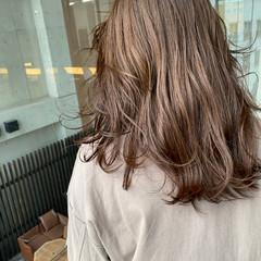 極細ハイライト セミロング 艶カラー ナチュラル ヘアスタイルや髪型の写真・画像