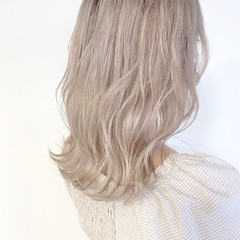 フェミニン ブリーチオンカラー ホワイトベージュ セミロング ヘアスタイルや髪型の写真・画像