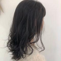 コテ巻き 暗髪 ミディアム フェミニン ヘアスタイルや髪型の写真・画像