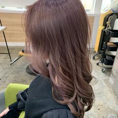 ピンクベージュ 艶カラー ロング くすみカラー ヘアスタイルや髪型の写真・画像