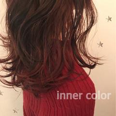 レッド ミディアム インナーカラー ストリート ヘアスタイルや髪型の写真・画像