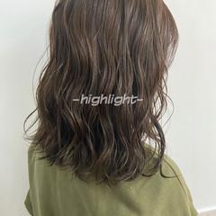 オリーブブラウン インナーカラー オリーブベージュ ハイライト ヘアスタイルや髪型の写真・画像