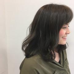 アッシュグレー アッシュ ウェーブ リラックス ヘアスタイルや髪型の写真・画像
