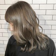 ミルクティーベージュ ブリーチカラー グレージュ ミディアム ヘアスタイルや髪型の写真・画像