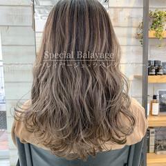 ブリーチ ミルクティーグレージュ フェミニン デート ヘアスタイルや髪型の写真・画像