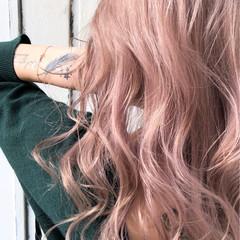 ブロンドカラー コーラル セミロング ハイトーンカラー ヘアスタイルや髪型の写真・画像
