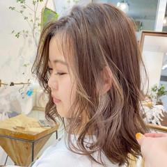 ミディアム ベージュ ミルクティーベージュ ハイライト ヘアスタイルや髪型の写真・画像