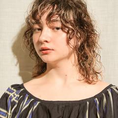 ゆるウェーブ ミディアムレイヤー くせ毛 ウルフカット ヘアスタイルや髪型の写真・画像
