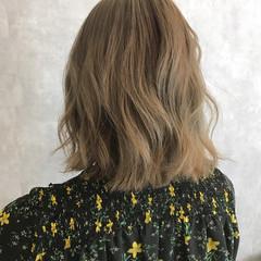 ダブルカラー フェミニン ミルクティーベージュ ハイトーン ヘアスタイルや髪型の写真・画像