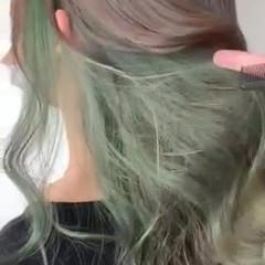 オリーブカラー インナーカラー ロング グリーン ヘアスタイルや髪型の写真・画像