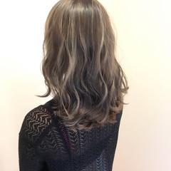 外国人風カラー 透明感 セミロング 波ウェーブ ヘアスタイルや髪型の写真・画像