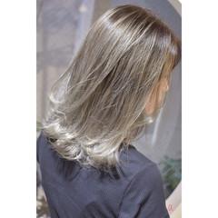 ホワイトシルバー モード ホワイトブリーチ ミディアム ヘアスタイルや髪型の写真・画像