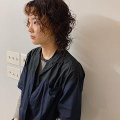 ミディアム ウルフパーマヘア ウルフカット カジュアル ヘアスタイルや髪型の写真・画像
