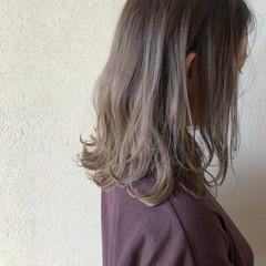 ミルクティーグレージュ グラデーションカラー セミロング ホワイトグレージュ ヘアスタイルや髪型の写真・画像
