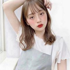 ミディアム ミルクティーグレージュ ミディアムヘアー フェミニン ヘアスタイルや髪型の写真・画像