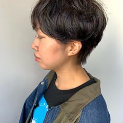 ハイライト ブルーブラック パーマ ショート ヘアスタイルや髪型の写真・画像