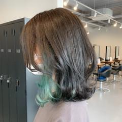 くびれカール インナーカラー グリーン インナーグリーン ヘアスタイルや髪型の写真・画像