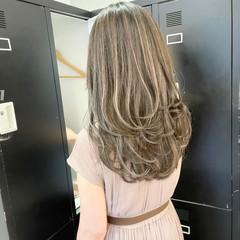 グレージュ アッシュベージュ セミロング コントラストハイライト ヘアスタイルや髪型の写真・画像