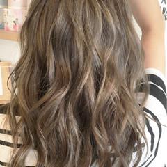 アッシュグレージュ 波ウェーブ コンサバ セミロング ヘアスタイルや髪型の写真・画像