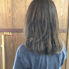 アッシュグレー ハイライト ナチュラル セミロング ヘアスタイルや髪型の写真・画像