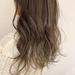 アッシュグレージュ ウェーブ リラックス アンニュイほつれヘア ヘアスタイルや髪型の写真・画像