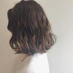 ミディアム ストリート ハイトーン デート ヘアスタイルや髪型の写真・画像
