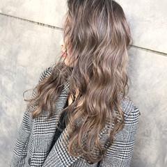 セミロング ミルクティーベージュ ブリーチカラー ストリート ヘアスタイルや髪型の写真・画像