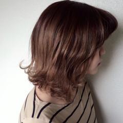 ミディアム 外ハネ ガーリー グレージュ ヘアスタイルや髪型の写真・画像