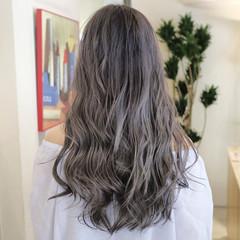 アッシュベージュ ロング 波ウェーブ グラデーションカラー ヘアスタイルや髪型の写真・画像