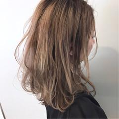 フェミニン セミロング 外国人風カラー ベージュ ヘアスタイルや髪型の写真・画像