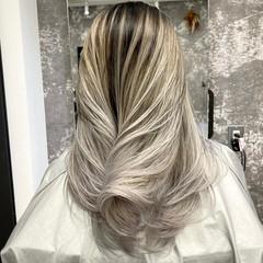 シルバーアッシュ ママ セミロング プラチナブロンド ヘアスタイルや髪型の写真・画像