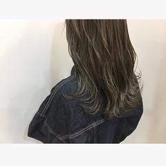 ロング ブリーチカラー グラデーションカラー シルバーアッシュ ヘアスタイルや髪型の写真・画像