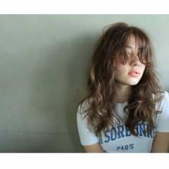 外国人風 センターパート ウェットヘア ウェーブ ヘアスタイルや髪型の写真・画像