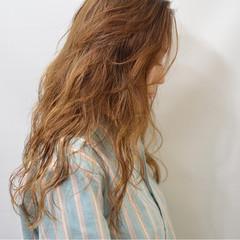ブラウン 外国人風 ナチュラル 波ウェーブ ヘアスタイルや髪型の写真・画像